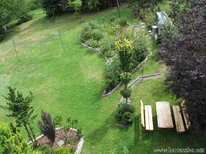 Rabatki na trawniku po 10 latach